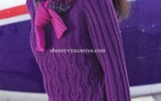 Платье-свитер спицами: голубая модель платья-свитера с косичкой-ромбиком спицами